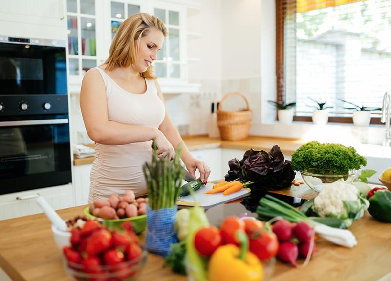 صورة تغذية الحامل في الشهر الاول , كيفيه العنايه بالحامل فى الشهر الاول