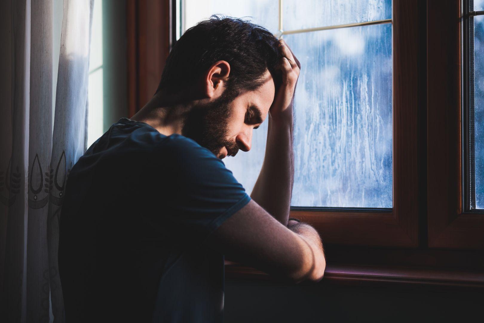 صور رجل حزين مااصعب حزن الرجال عبارات