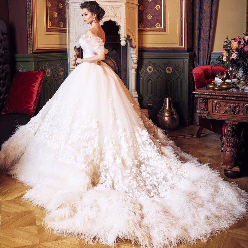 بالصور فساتين افراح , الريش والفيونكات احدث صيحات الموضة في عالم فساتين الزفاف 476 1